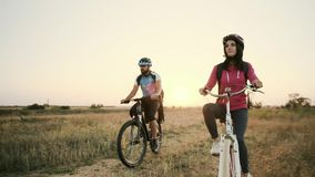 Morgenspaziergang eines glücklichen verheirateten Paars auf Fahrrädern stock video