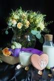 Morgenstillleben mit Milch und einem Blumenstrauß von Blumen auf einem dunklen Hintergrund lizenzfreie stockfotografie
