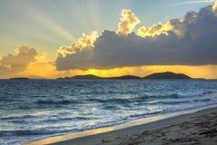 Morgenstrahlnglanz über Karibikinselstrand Stockfoto