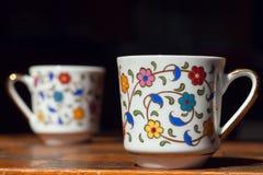 Morgenstrategie, die mit zwei Kaffeetassen auf Schachbrett denkt Konzept der neuen Ideen Stockbild