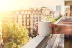 Morgentasse kaffee auf Balkon Lizenzfreie Stockbilder