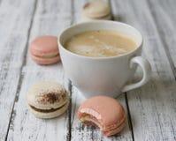 Morgentasse kaffee, Kuchen macaron lizenzfreies stockbild