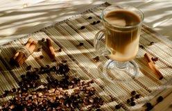 Morgentasse kaffee mit Milch Stockfoto
