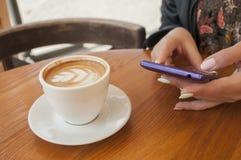 Morgentasse kaffee und -hörnchen stockfotografie