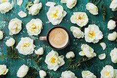Morgentasse kaffee und schöne Rosen blüht auf Draufsicht des Knickentenweinlesehintergrundes Gemütliche Frühstücks-Ebenenlageart Stockbild