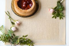 Morgentee mit Backwaren, rosafarbene Blumen auf dem Tisch Kuchen mit Erdbeeren Auf einer alten Serviette Stockfotos