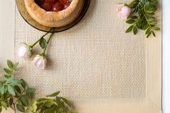 Morgentee mit Backwaren, rosafarbene Blumen auf dem Tisch Kuchen mit Erdbeeren Auf einer alten Serviette Stockfoto