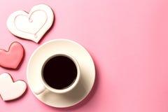 Morgenvalentinstag-Konzepthintergrund mit Herzen und einem Tasse Kaffee Draufsicht mit Raum für Ihren Text Lizenzfreie Stockfotos