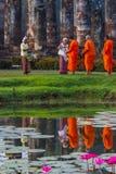 Morgenverdienst, der dem Mönch Lebensmittel gibt Stockfotografie