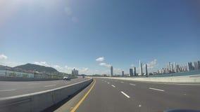 Morgenverkehr auf Balboaallee in den Panama-Stadt Wolkenkratzerskylinen in Panama stock video footage