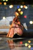 Morgenweg zum Venedig-Karneval Stockfotos