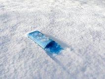 Morgenzeitung im frischen Schnee Stockbilder