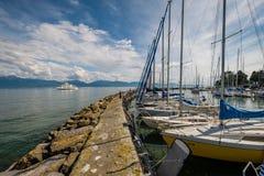 MORGES SZWAJCARIA, MAJ, - 21, 2018: Pasażerski ferryboat przyjeżdża w porcie Morges, Szwajcaria Zdjęcie Royalty Free