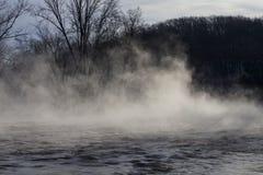 Morgonånga ovanför floden, vinterplats från Wisconsin royaltyfri bild