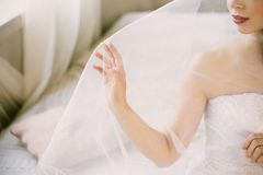 Morgon för brud` s Konstbröllop Ståenden av en ung härlig sexig mjuk brud med röda kanter i vit snör åt bröllop arkivbild