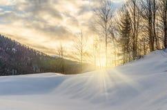 Morgon för gryningsolljusvinter En sikt av vinterbergen Wi Arkivbild