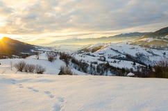 Morgon för gryningsolljusvinter En sikt av vinterbergen Wi Arkivbilder