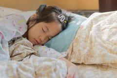 morgon för solljus för säng för filt för asiatisk sömn för flicka 6s förtjusande Arkivfoton