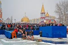 Morgon för Epiphany (Kreshchenya) nära den Svjato-Pokrovskiy domkyrkan, Kiev, Ukraina Arkivfoto