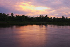 Morgon Höst soluppgång på floden Solen som döljas bak molnen Arkivfoto