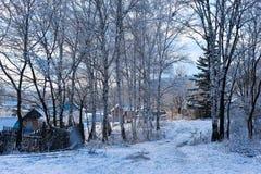 Morgon i byn efter ett snöfall Arkivfoton
