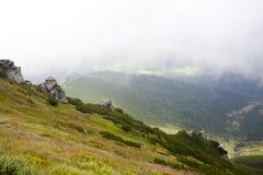 Morgon i Carpathian berg Arkivfoton