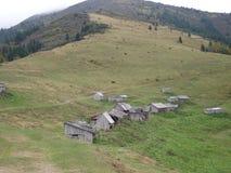 Morgon i de ukrainska Carpathiansna Dimma på kullarna Arkivfoton