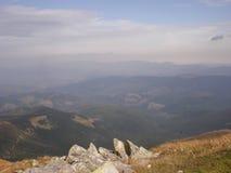 Morgon i de ukrainska Carpathiansna Dimma på kullarna Royaltyfri Fotografi