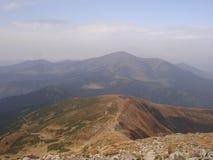 Morgon i de ukrainska Carpathiansna Dimma på kullarna Arkivbilder