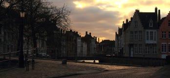 Morgon i den gamla staden Brugge Bruges, Belgien Medeltida byggnadsfasader och gammal bro med det kala trädet Arkivbild