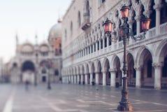 morgon i den San Marco fyrkanten i Venedig Arkivfoton