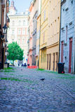 Morgon i gammal stad utan folk och bilar i Europa Område av staden av Prague, Tjeckien och en av dess Royaltyfri Bild