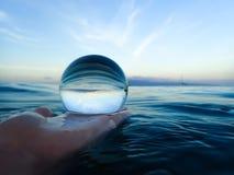 Morgon i havet med den Glass bollen Royaltyfri Fotografi