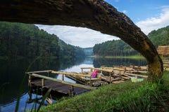 Morgon i Pang Ung Lake Arkivfoto