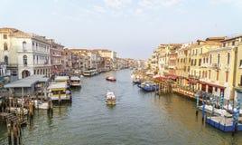 Morgon i Venedig: fartyg och ljusa byggnader på den storslagna kanalen Arkivbilder
