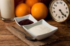 Morgon med den vit yoghurten och frukt arkivfoton