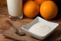 Morgon med den vita yoghurten på jutetorkduken arkivfoton