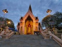 Morgon- och aftontid på Phra Pathommachedi en stupa i Thailand Arkivfoto