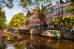 Morgon på den Amsterdam kanalen Arkivbilder