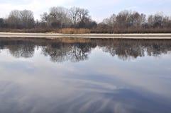 Morgon på den Dnieper floden med reflactions på lugnt vattenyttersida Arkivfoto