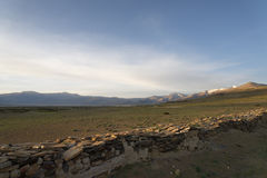 Morgon på den Himalayan sjön nära den buddistiska väggen Royaltyfri Foto