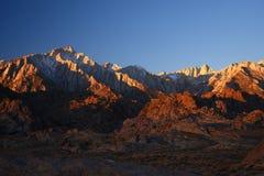 Morgon på den Kalifornien toppiga bergskedjan berg royaltyfria bilder