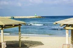 Morgon på den sandiga stranden av Tel Aviv, Israel Royaltyfria Bilder