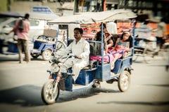 Morgon på en gata i gamla Delhi, Indien Royaltyfri Foto