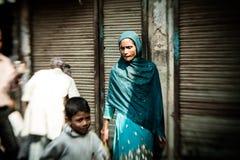 Morgon på en gata i gamla Delhi, Indien Royaltyfri Bild