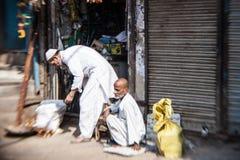 Morgon på en gata i gamla Delhi, Indien Arkivfoton