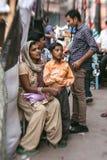 Morgon på en gata i gamla Delhi, Indien Arkivbild