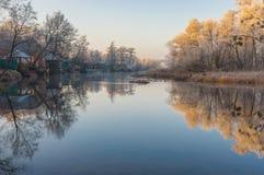 Morgon på en Vorskla flod på den sena hösten, Sumskaya oblast, Ukraina Royaltyfria Bilder