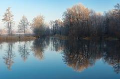 Morgon på en Vorskla flod på den sena hösten, Sumskaya oblast, Ukraina Arkivfoton