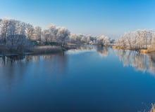 Morgon på en Vorskla flod på den sena höstliga säsongen, Sumskaya oblast, Ukraina Royaltyfri Fotografi